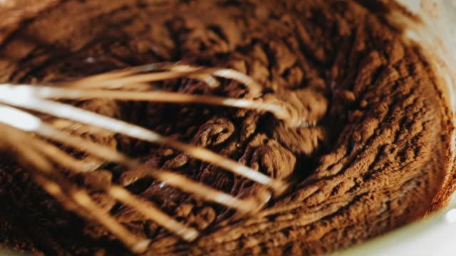 vídeos de stock e filmes b-roll de making dough for chocolate cake - cacau em pó