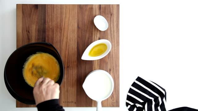 stockvideo's en b-roll-footage met deeg maken - oil kitchen