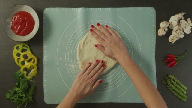 vidéos et rushes de la pâte à pétrir - recette