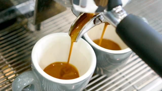 slo mo making espresso coffee. - espresso filmów i materiałów b-roll