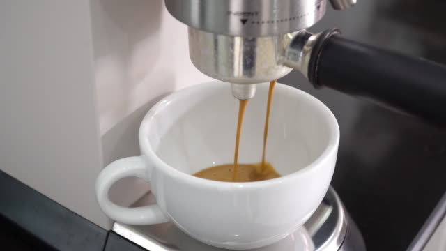 espresso mit kaffeemaschine. - cappuccino stock-videos und b-roll-filmmaterial