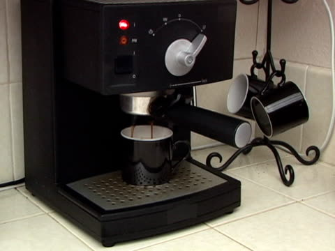 facendo caffè espresso - argento metallo caffettiera video stock e b–roll