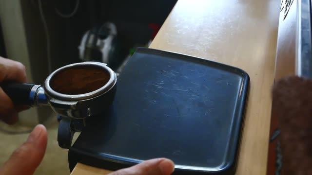 making espresso with tamping coffee powder - argento metallo caffettiera video stock e b–roll