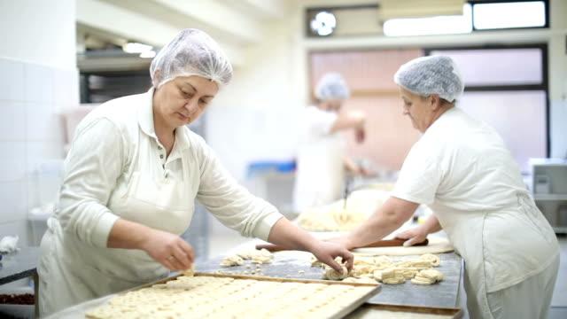 vidéos et rushes de faire à manger dans la boulangerie - boulanger