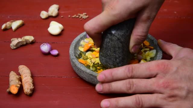 La pasta di Curry speziato, fresco con molcajete-grab e Smash - video