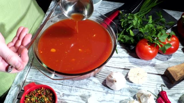 stockvideo's en b-roll-footage met gazpacho soep maken - groentesoep