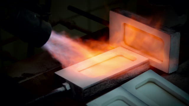 Making gold ingot, pouring liquid gold to plate video