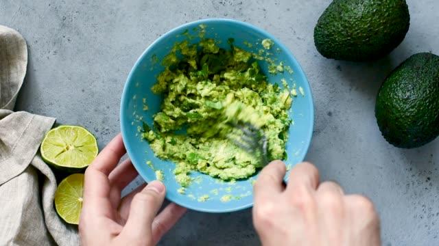 vidéos et rushes de faire de la sauce guacamole - recette
