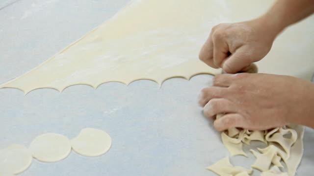 vídeos de stock e filmes b-roll de making handmade dumplings at the manufacture - ravioli