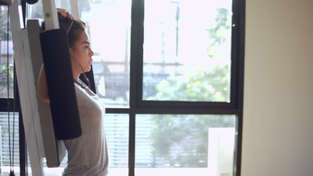 체육관에서 그녀의 팔과 다시 강한 만들기. - 운동장비 스톡 비디오 및 b-롤 화면