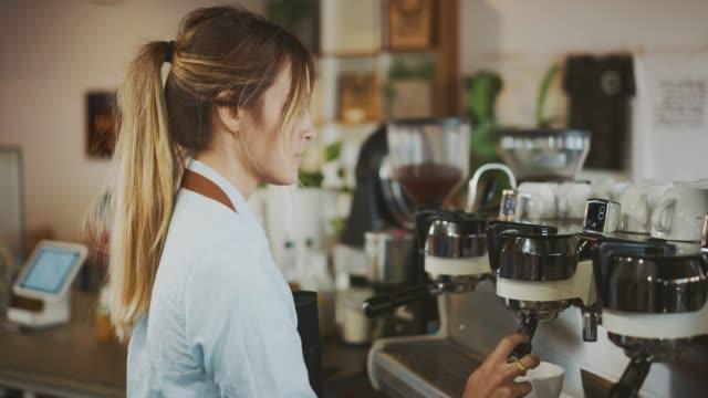 ihre signatur latte machen - barista stock-videos und b-roll-filmmaterial