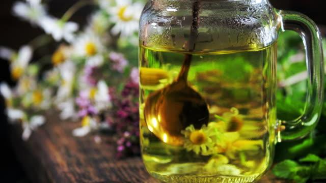 vídeos y material grabado en eventos de stock de elaboración de té de hierbas - manzanilla
