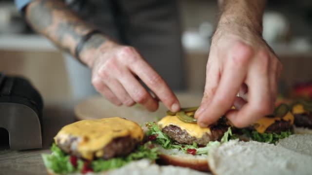 vídeos y material grabado en eventos de stock de hacer hamburguesas caseras con queso - hamburguesa