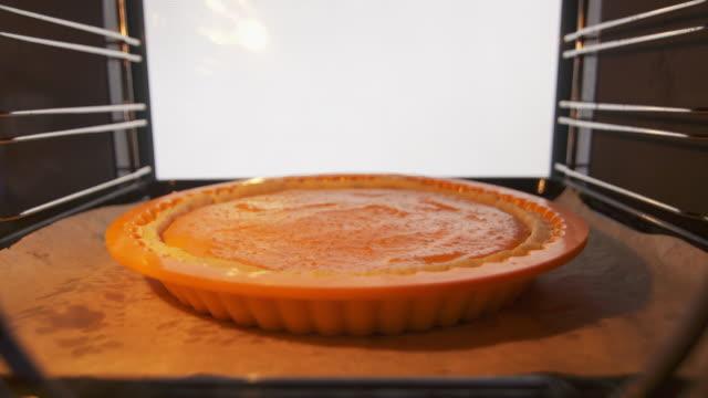 用新鮮的南瓜泥焗爐過程使自家做的南瓜餅 - pumpkin pie 個影片檔及 b 捲影像