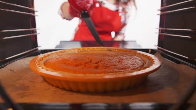 新鮮的南瓜在烤箱中烤製作自家做的南瓜餅。 - pumpkin pie 個影片檔及 b 捲影像