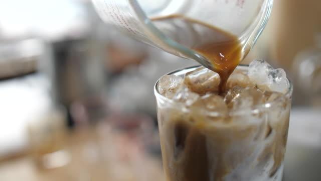 göra is kaffe, hälla is kaffe - iskaffe bildbanksvideor och videomaterial från bakom kulisserna