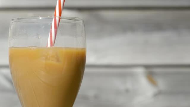 vídeos de stock e filmes b-roll de making iced coffee with milk - café gelado