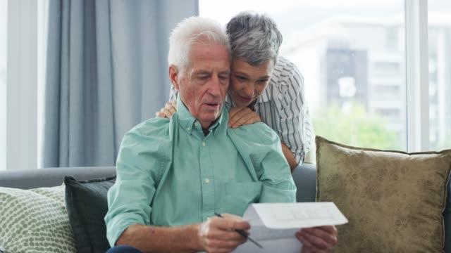gemeinsame finanzielle entscheidungen treffen - seniorenpaar stock-videos und b-roll-filmmaterial