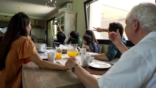 家族の再会から思い出を作る - 親族会点の映像素材/bロール