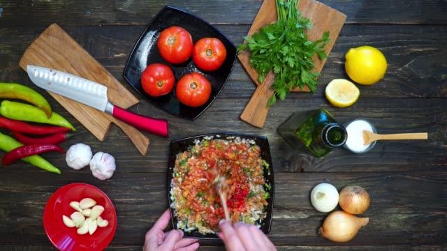 vídeos y material grabado en eventos de stock de hacer salsa mexicana - comida mexicana