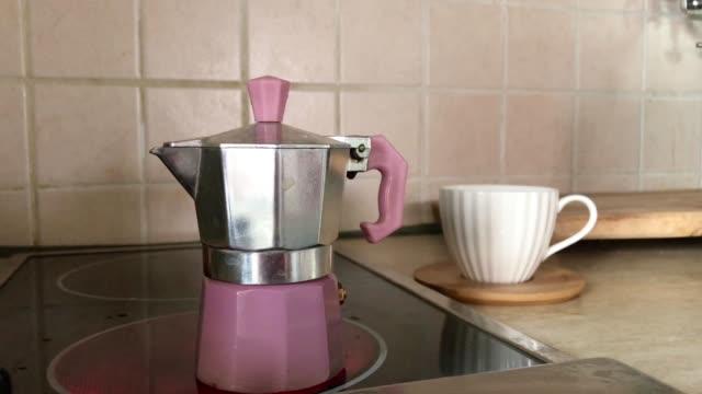 making of italian espresso - argento metallo caffettiera video stock e b–roll