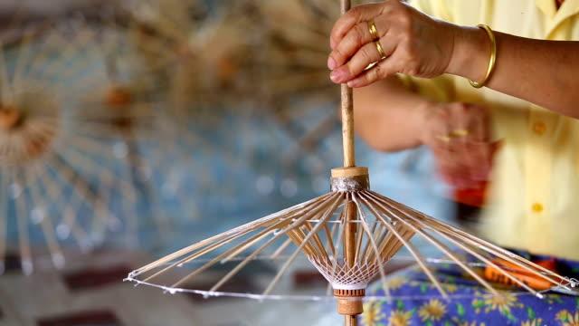 fare dello stile thailandese ombrello di carta - braccio umano video stock e b–roll