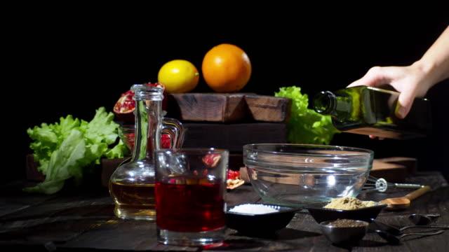 오렌지와 석류 샐러드 만들기 - 식초 스톡 비디오 및 b-롤 화면