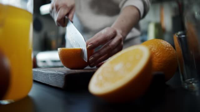 herstellung von orangensaft - orangensaft stock-videos und b-roll-filmmaterial