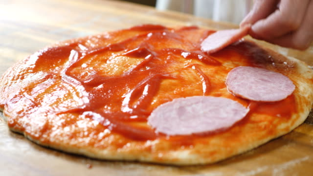 vídeos de stock, filmes e b-roll de fazer pizza em casa - comida salgada