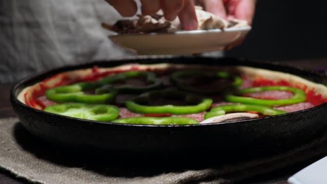 pizza machen - speisepilz pilz stock-videos und b-roll-filmmaterial