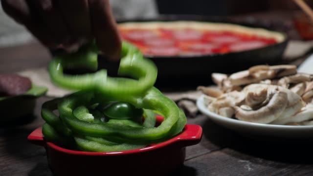 vídeos y material grabado en eventos de stock de hacer pizza - pimiento verde