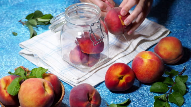 vídeos de stock e filmes b-roll de making preserved peaches - jam jar