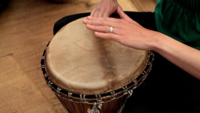 making rhythm music on an african djembe - trumset bildbanksvideor och videomaterial från bakom kulisserna