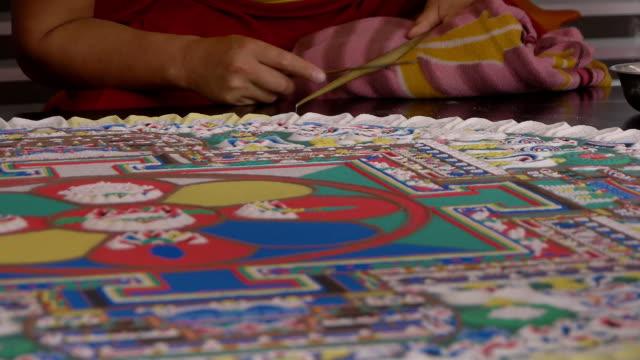 stockvideo's en b-roll-footage met making sand mandala - mandala
