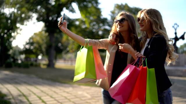 göra selfies efter shopping - köpnarkoman bildbanksvideor och videomaterial från bakom kulisserna