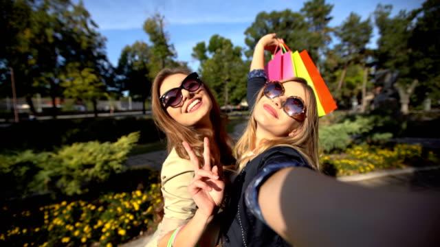 쇼핑 후 셀 카 만들기 - influencer 스톡 비디오 및 b-롤 화면