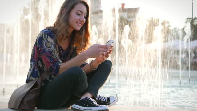vidéos et rushes de faire selfies dans le parc - photophone