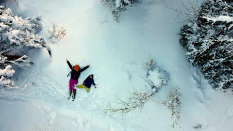 vidéos et rushes de faire des anges de neige - hiver