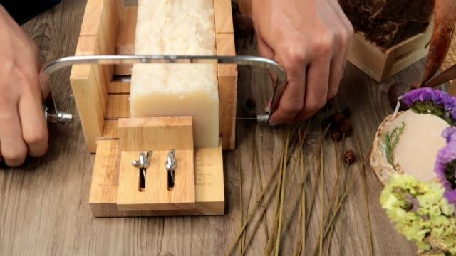 vídeos de stock, filmes e b-roll de fazendo sabão processo quente - sabonete