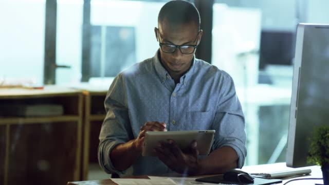 stockvideo's en b-roll-footage met het maken van succes al zijn - een tablet gebruiken
