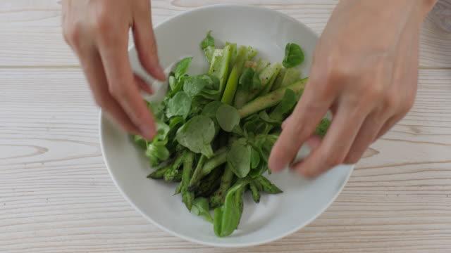 vídeos de stock e filmes b-roll de making summer asparagus salad - saladeira