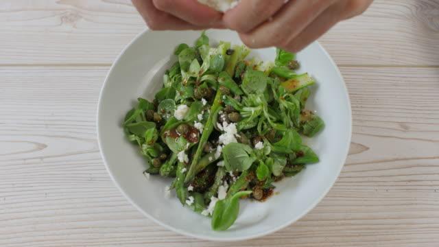 making summer asparagus salad - sałatka filmów i materiałów b-roll