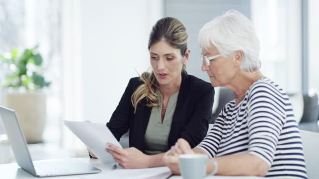 making sure her retirement's financially secured - финансовый консультант стоковые видео и кадры b-roll