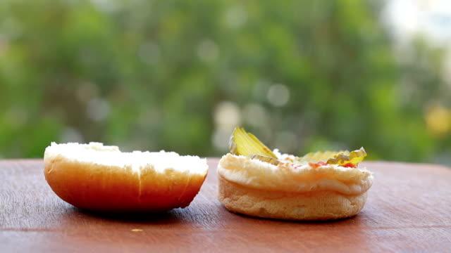 att göra välsmakande hamburgare. full hd-video - cheese sandwich bildbanksvideor och videomaterial från bakom kulisserna