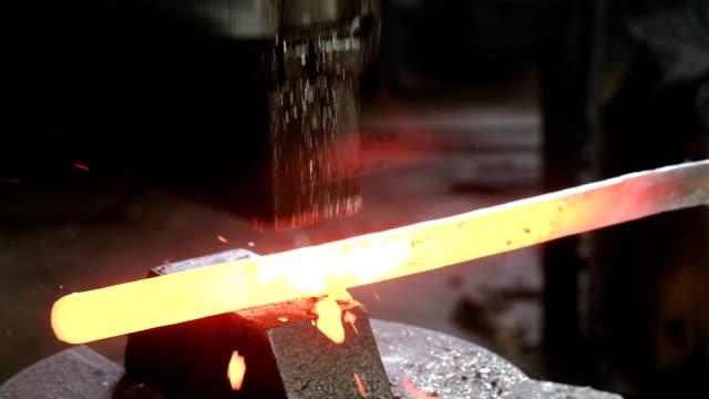 fare la spada di metallo alla fucina. mano dell'uomo da vicino usando martello pneumatico per modellare la metallo caldo. - fabbro ferraio video stock e b–roll