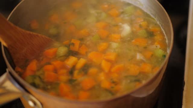 stockvideo's en b-roll-footage met het maken van plantaardige bouillon thuis keuken - groentesoep