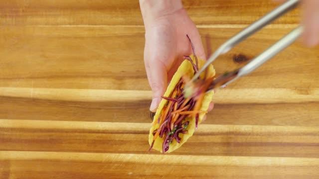 vegetarische tacos zu hause machen - vegetarisches gericht stock-videos und b-roll-filmmaterial