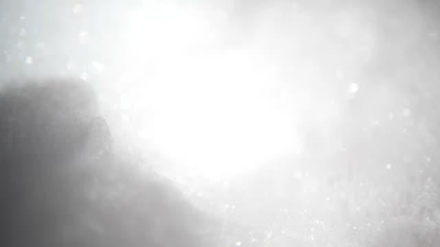 vídeos de stock e filmes b-roll de making white foam with bubbles popping. - bebida com espuma