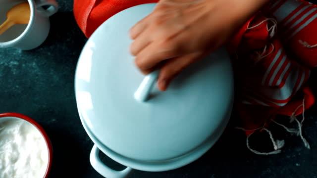 fare lo yogurt a casa - chiudere il coperchio della casseruola - coperchio video stock e b–roll