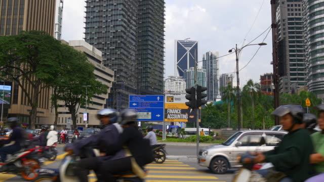 malaysia kuala lumpur city downtown trafik gatan gångväg panorama - petronas twin towers bildbanksvideor och videomaterial från bakom kulisserna
